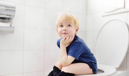 Hombres en el baño: ¿orinar sentado o de pie?