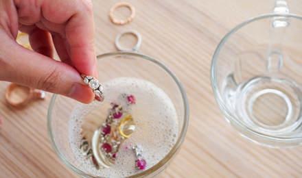 Limpieza de joyas de oro y plata en el hogar