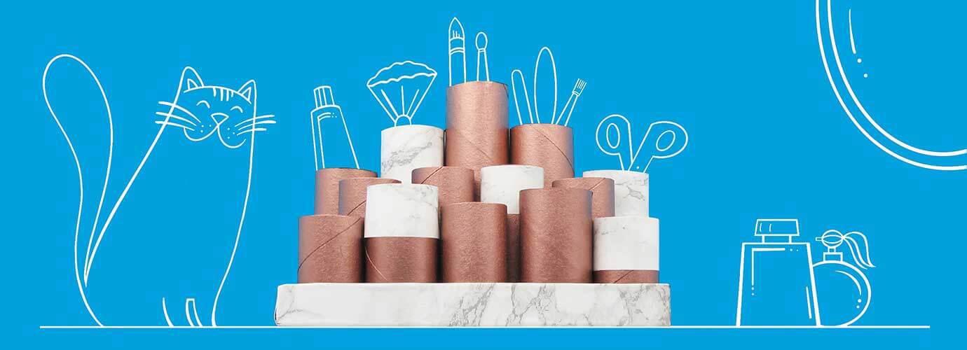 Tubos de cartón decorados y vacíos apilados para organizar un tocador