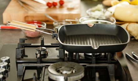 Chapa limpa e vazia num fogão a gás