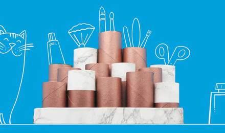 Tubos de cartão vazios e decorados empilhados juntos para organizar um toucador