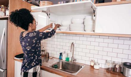 Uma mulher a organizar a cozinha