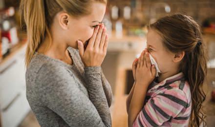 Mãe a mostrar à filha como parar uma hemorragia nasal