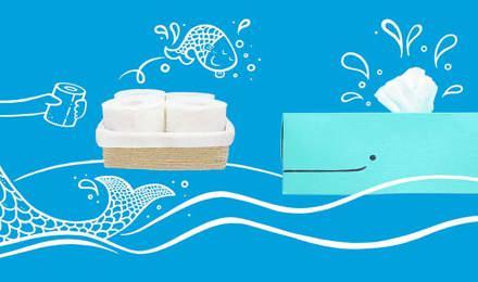 Rollos de papel higiénico y una caja de almacenaje de rollos casera con forma de ballena azul y una sirena dibujada